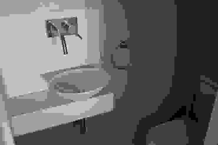 Baños de estilo moderno de Mercedes Milesi Moderno