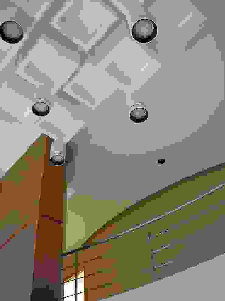 clinica de oftalmología Pasillos, vestíbulos y escaleras modernos de iarkitektura Moderno Tablero DM