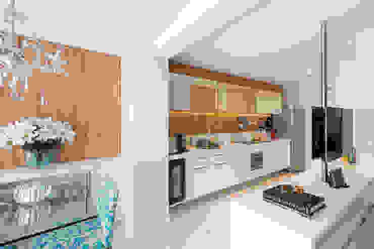 Cocinas modernas de Carina Dal Fabbro Arquitetura e Interiores Ltda Moderno Tablero DM