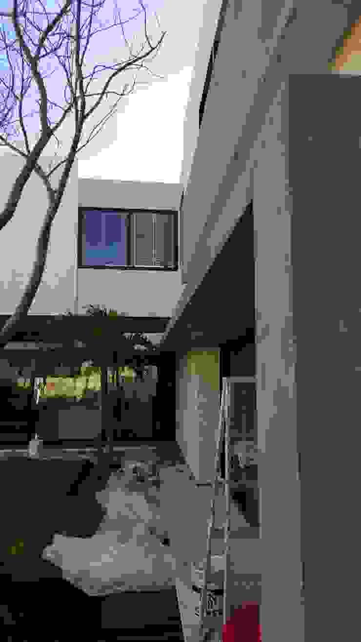 Aplicacion de microcemento en paredes exteriores de jardin Casas modernas de Marlux import Moderno Cerámico