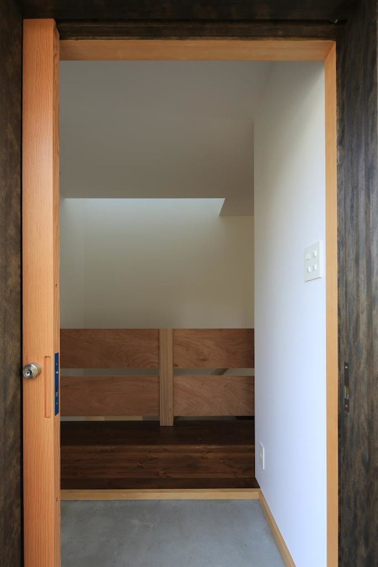 Eclectic style corridor, hallway & stairs by 早田雄次郎建築設計事務所/Yujiro Hayata Architect & Associates Eclectic