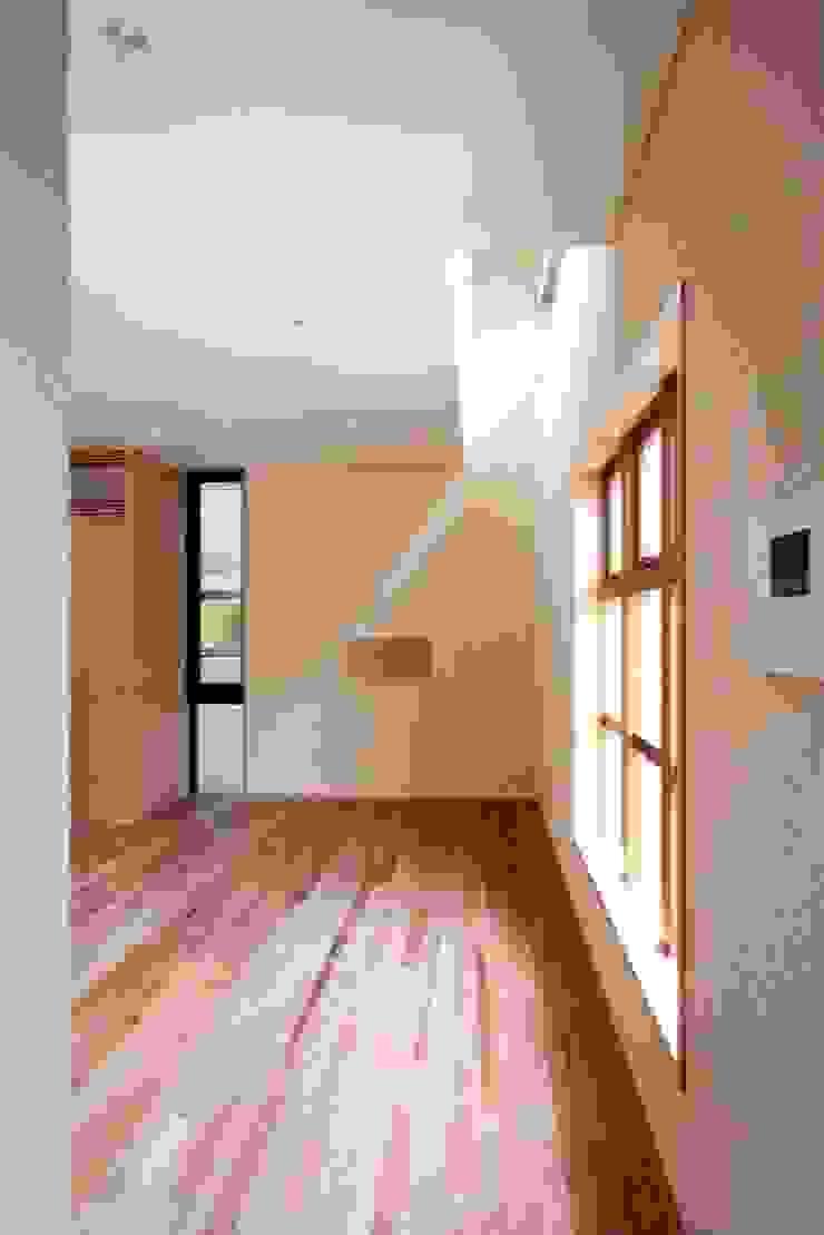 ハイサイドライトを設けたリビング モダンデザインの リビング の 中川龍吾建築設計事務所 モダン 石灰岩