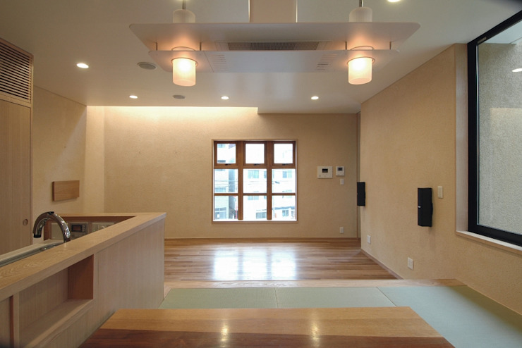 Modern dining room by 中川龍吾建築設計事務所 Modern Solid Wood Multicolored