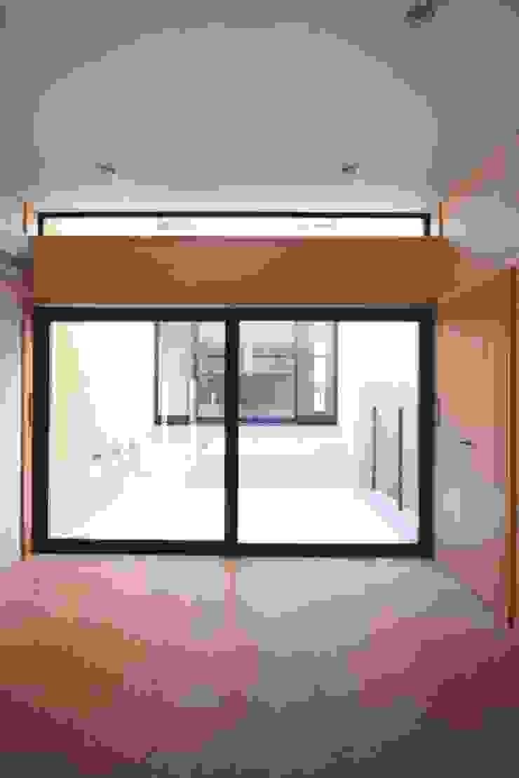 子供室より中庭(光庭)ごしにダイニング・キッチンを望む モダンデザインの 子供部屋 の 中川龍吾建築設計事務所 モダン 無垢材 多色