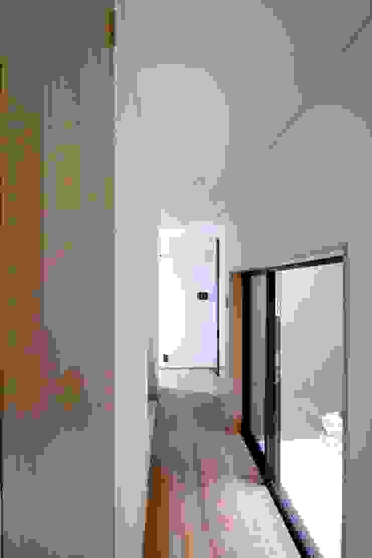 1階の廊下と光庭 モダンスタイルの 玄関&廊下&階段 の 中川龍吾建築設計事務所 モダン 無垢材 多色