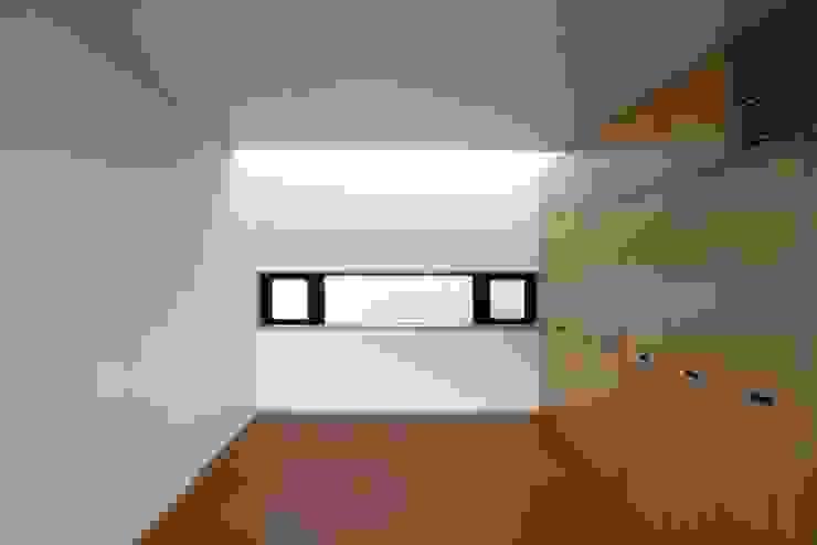 3階の親世帯の寝室 モダンスタイルの寝室 の 中川龍吾建築設計事務所 モダン 無垢材 多色