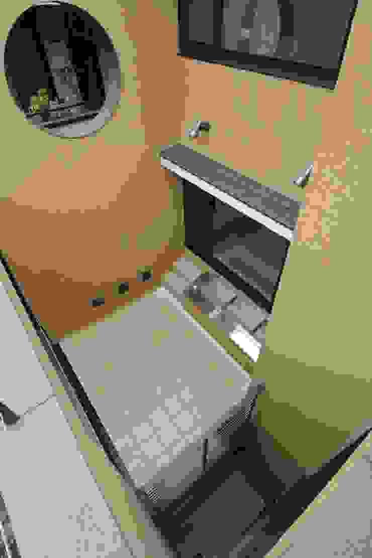 3階の屋上庭園より見下ろした中庭(光庭) モダンな庭 の 中川龍吾建築設計事務所 モダン コンクリート