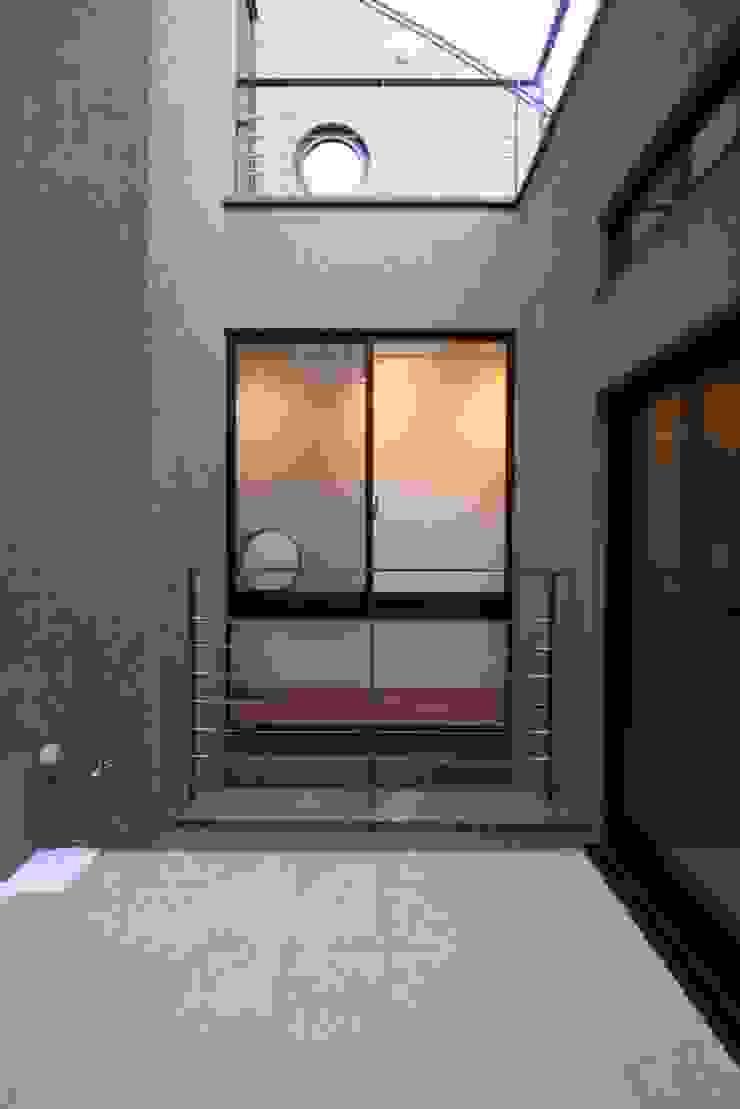 2階の中庭(光庭) モダンな庭 の 中川龍吾建築設計事務所 モダン コンクリート