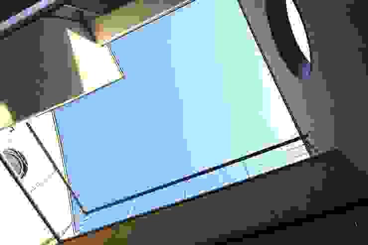 2階の中庭(光庭)からの見上げ モダンな庭 の 中川龍吾建築設計事務所 モダン コンクリート