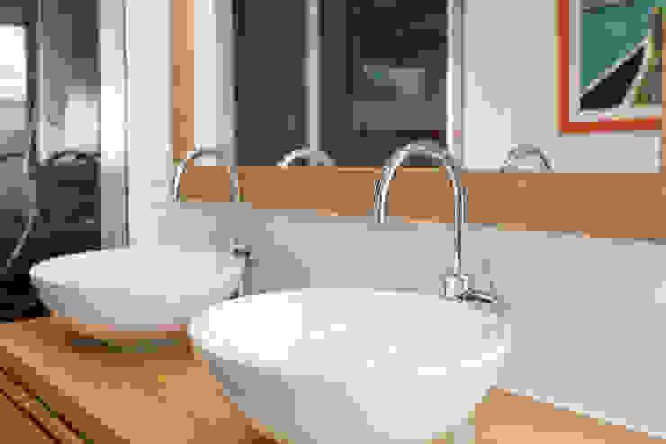 Phòng tắm phong cách hiện đại bởi 19 DEGRES Hiện đại