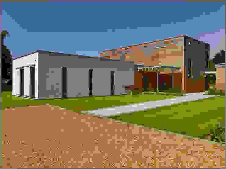 Exteriors Casas modernas por Baufritz (UK) Ltd. Moderno