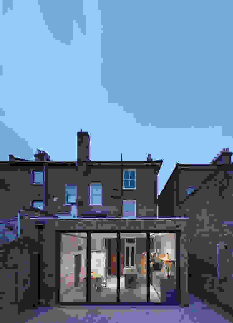 fachada para o jardim Cozinhas modernas por FORA Arquitectos Moderno