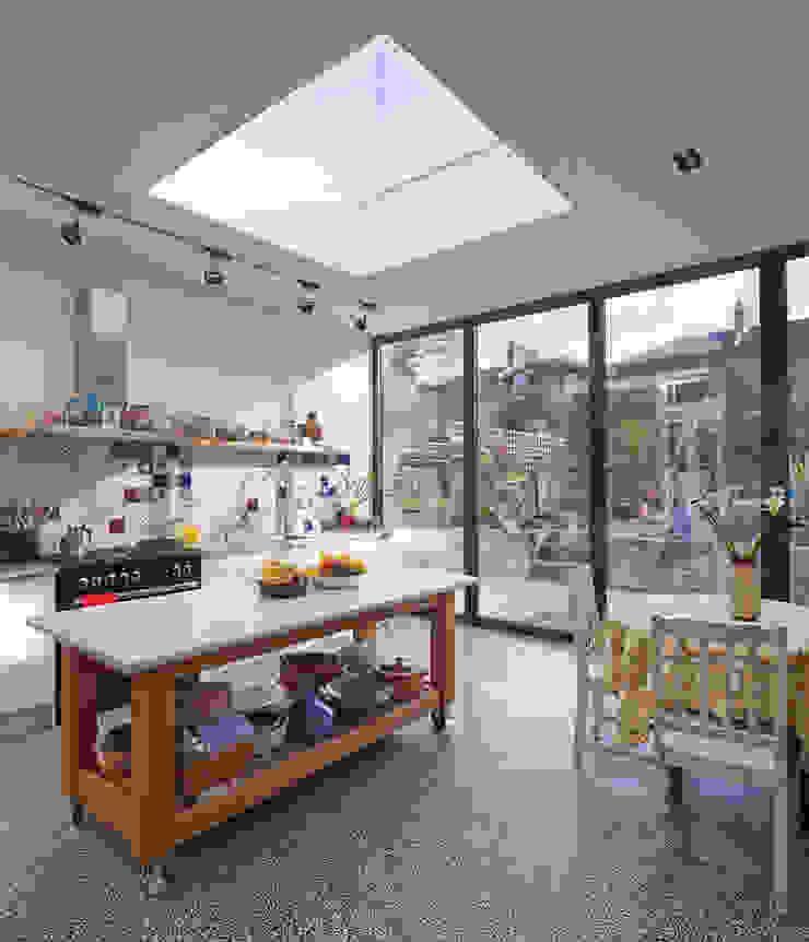 vista do interior da cozinha Cozinhas modernas por FORA Arquitectos Moderno
