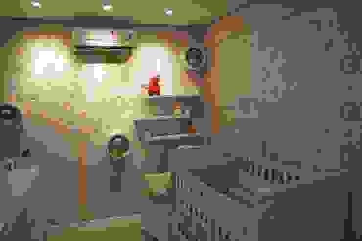 quarto de bebê com revestimento Flor de Algodão e árvore lúdica Quarto infantil moderno por Complementto D Moderno MDF