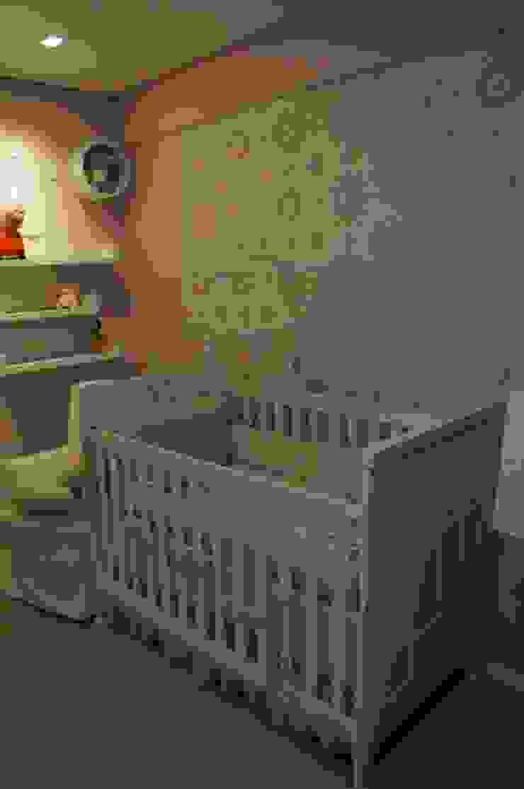quarto de bebê com revestimento Flor de Algodão e árvore lúdica Quarto infantil moderno por Complementto D Moderno