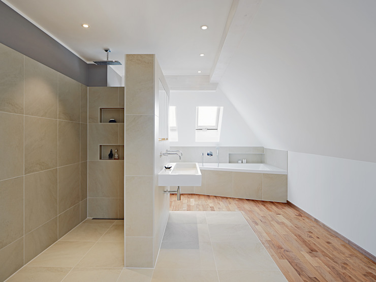 Bathroom Banheiros modernos por Baufritz (UK) Ltd. Moderno