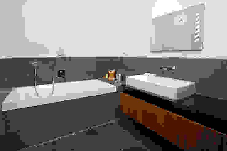 Bathroom Modern bathroom by Baufritz (UK) Ltd. Modern