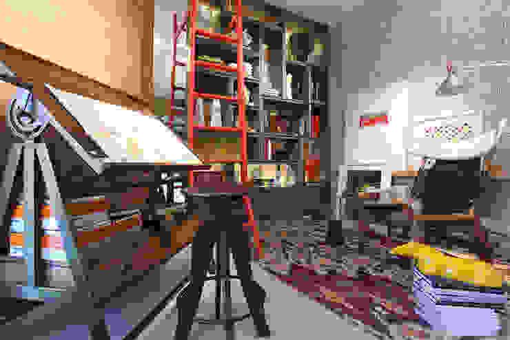 Living room by TOLENTINO ARQUITETURA E INTERIORES,