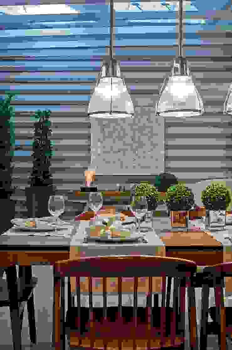 Cozinha Gourmet Salas de jantar rústicas por M.A.I.S. - Management. Architecture.Interior. Solutions Rústico Madeira Efeito de madeira