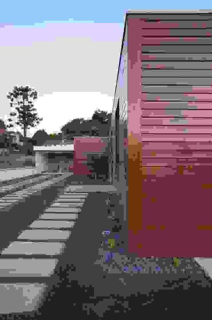 Exterior Casas modernas por Lethes House Moderno