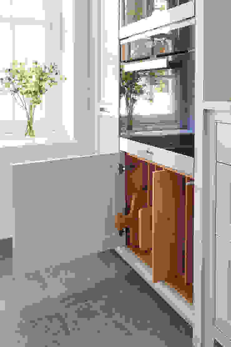 Under oven tray storage Holloways of Ludlow Bespoke Kitchens & Cabinetry CocinaArmarios y estanterías Madera Blanco