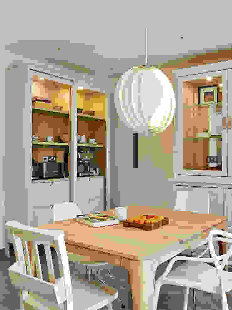 Two free standing dresser units Holloways of Ludlow Bespoke Kitchens & Cabinetry CocinaArmarios y estanterías Madera Blanco