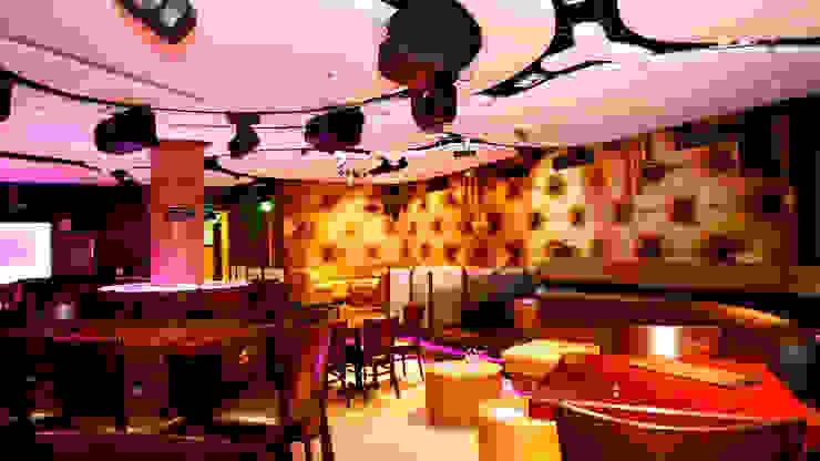 Bar & Club moderni di NOGARQ C.A. Moderno