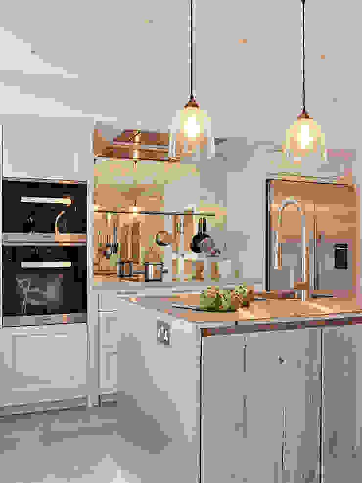 Island View Holloways of Ludlow Bespoke Kitchens & Cabinetry Cocinas de estilo industrial Madera maciza Blanco