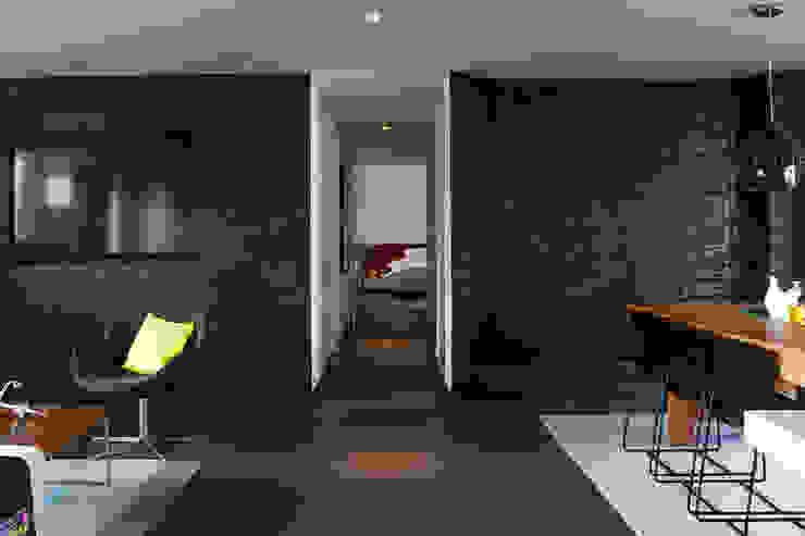 Casa Restrepo Salas modernas de Maria Mentira Studio Moderno Piedra