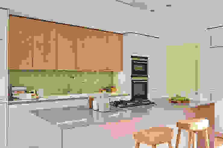 Island close up Holloways of Ludlow Bespoke Kitchens & Cabinetry Cocinas modernas Madera Gris