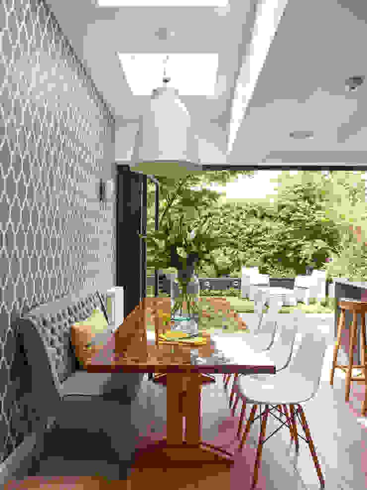 Dining area with garden view Holloways of Ludlow Bespoke Kitchens & Cabinetry CocinaMesas, sillas y bancos Madera maciza Acabado en madera