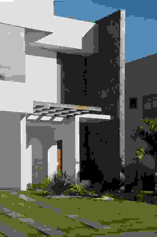 Detalhe Pergolado e Acesso Casas modernas por WB Arquitetos Associados Moderno Madeira Efeito de madeira