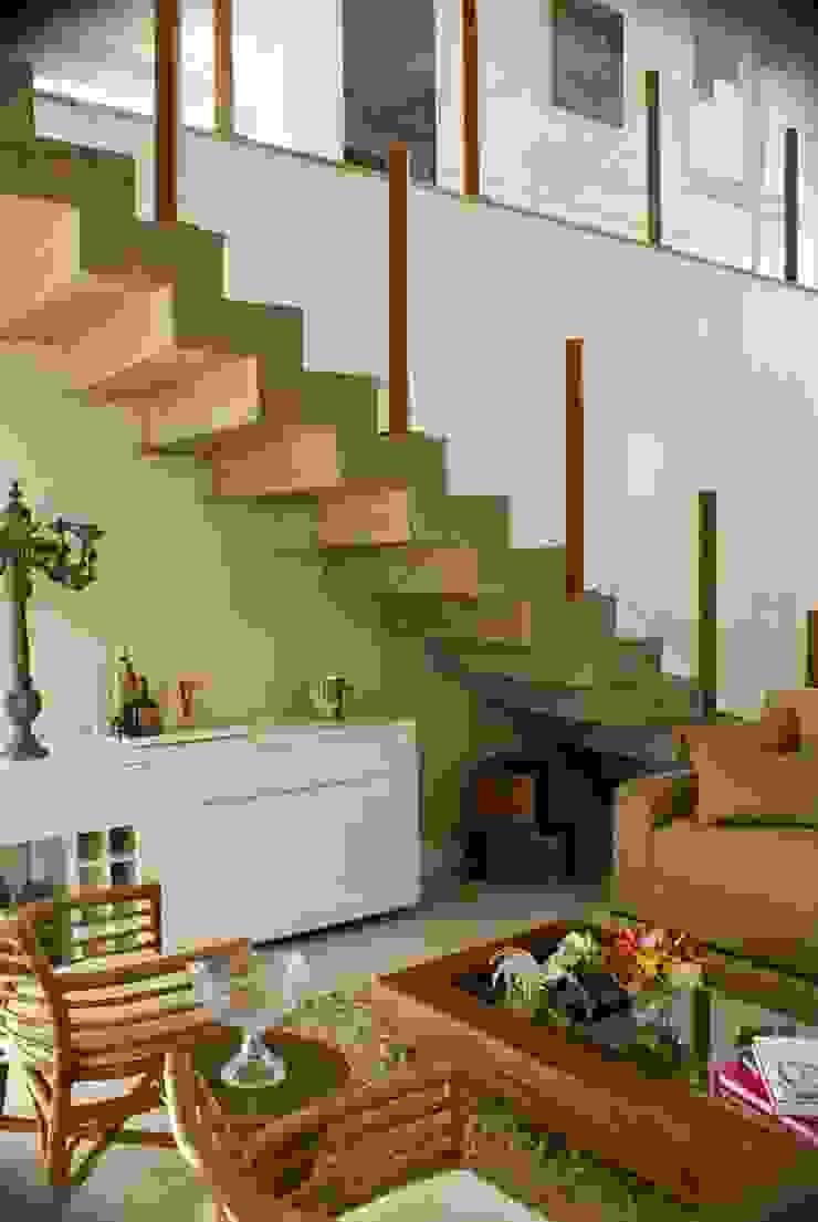 Detalhe Escada Corredores, halls e escadas modernos por WB Arquitetos Associados Moderno Concreto