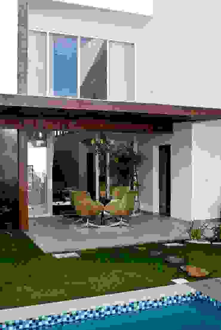 Varanda Pergolado Varandas, alpendres e terraços modernos por WB Arquitetos Associados Moderno Madeira Efeito de madeira