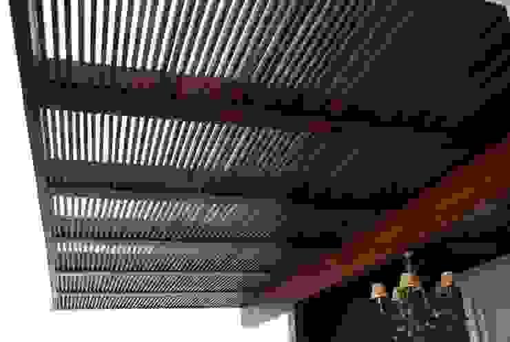 Detalhe Pergolado Varandas, alpendres e terraços modernos por WB Arquitetos Associados Moderno Madeira Efeito de madeira