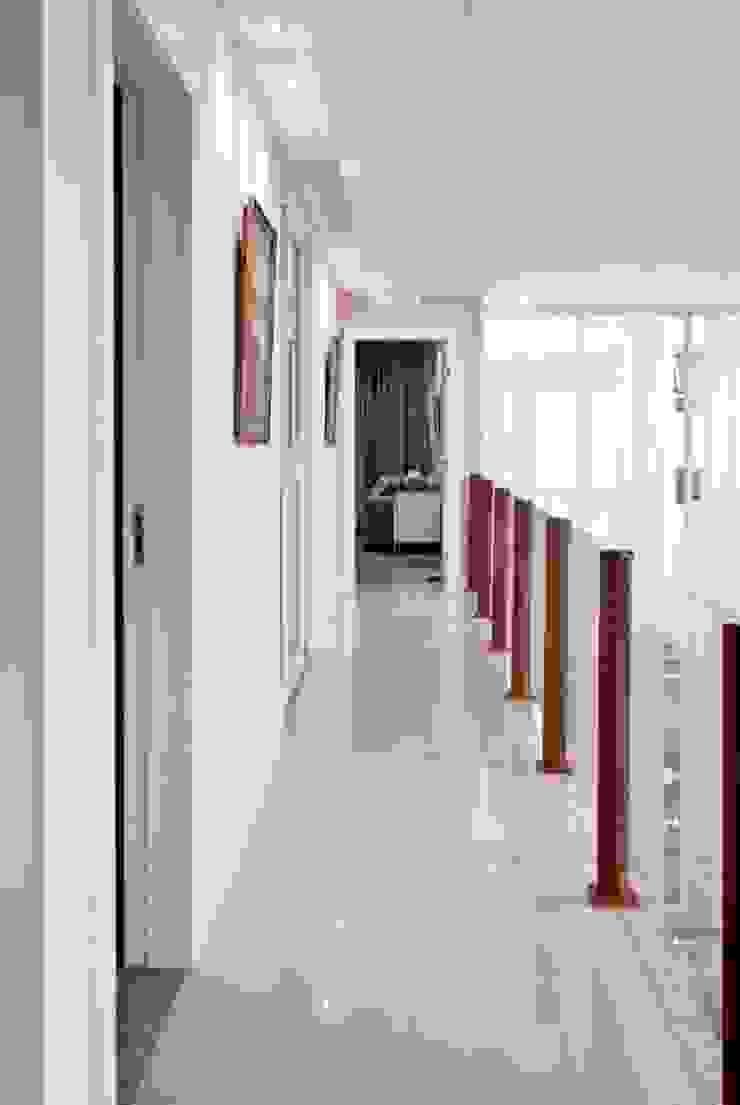 Circulação Área Íntima Corredores, halls e escadas modernos por WB Arquitetos Associados Moderno