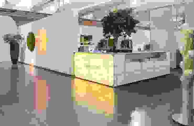 Repräsentative Empfangstheke in lebender Ausstellung Ausgefallene Geschäftsräume & Stores von PFERSICH Büroeinrichtungen GmbH Ausgefallen