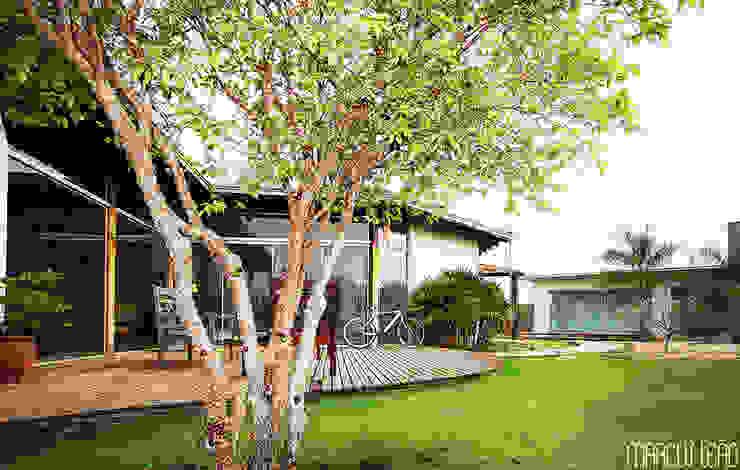 Minimalist house by Marcus Leão Arquitetura Minimalist