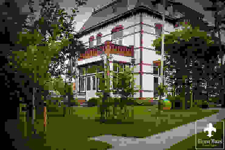 Historische woning rond 1900 Klassieke tuinen van Ernst Baas Hoveniers B.V. / Ernst Baas Tuininrichting B.V. Klassiek