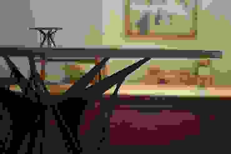 製作を始める前に作成した模型と一緒に モダンデザインの ダイニング の 注文家具屋 フリーハンドイマイ モダン 木 木目調
