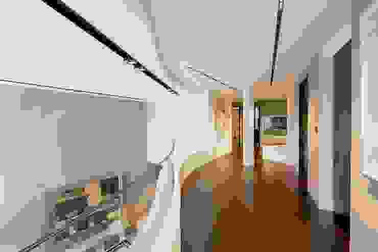 ห้องโถงทางเดินและบันไดสมัยใหม่ โดย réHome โมเดิร์น