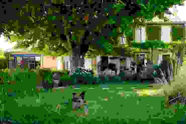 Jardines de estilo mediterráneo de CONCEPTUELLES PAYSAGE ET DECORATION Mediterráneo
