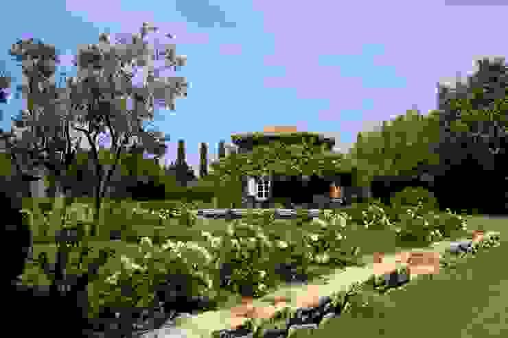 Taman Gaya Mediteran Oleh CONCEPTUELLES PAYSAGE ET DECORATION Mediteran