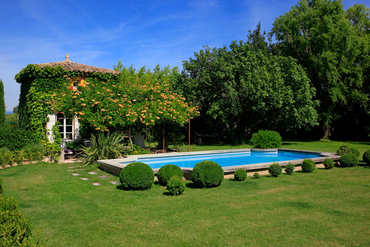 Jardines mediterráneos de CONCEPTUELLES PAYSAGE ET DECORATION Mediterráneo