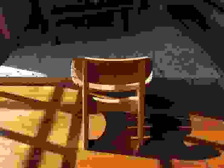 B-child chair: Loop order furnitureが手掛けた折衷的なです。,オリジナル 木 木目調