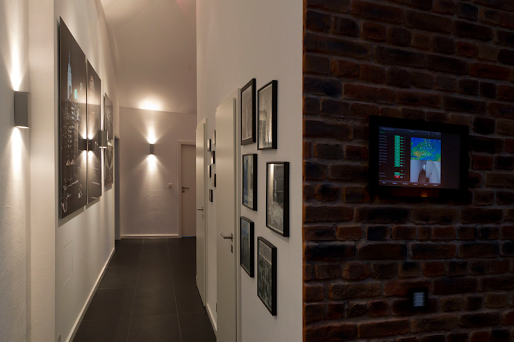 Couloir, entrée, escaliers modernes par casaio | smart buildings Moderne