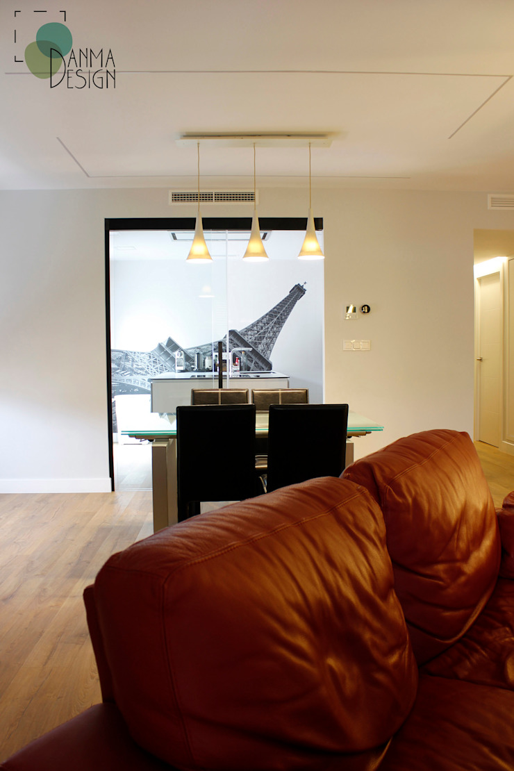 Modern living room by Danma Design Modern Glass