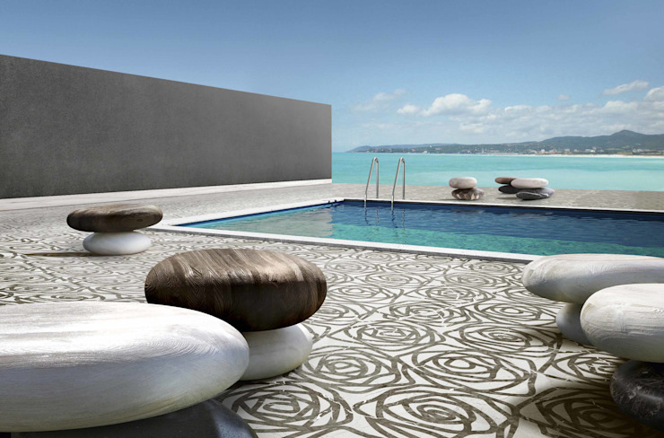 External Swimming Pool covering and seats por Kreoo Moderno Mármore