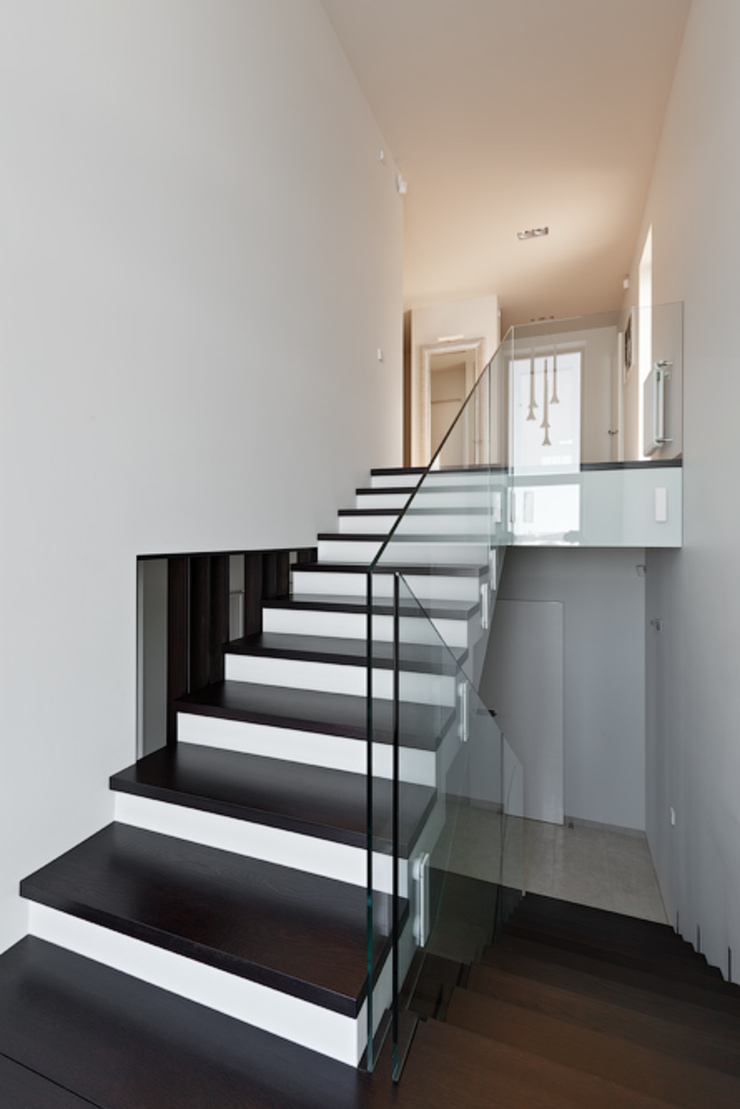 Couloir, entrée, escaliers minimalistes par Анна и Станислав Макеевы Minimaliste
