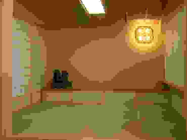 畳の間 モダンデザインの 多目的室 の アンドウ設計事務所 モダン 無垢材 多色